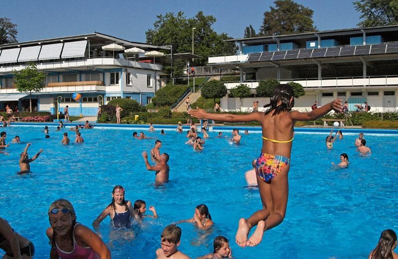 Mädchen springt ins Becken
