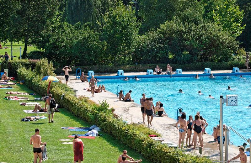 Schöne Liegewiesen und großzügige Schwimmbecken