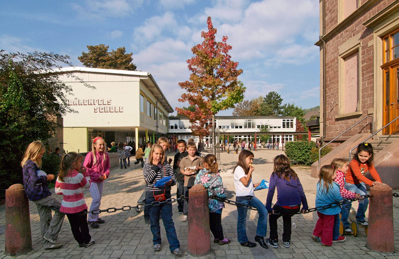 Schulkinder vor der Bärenfelsschule