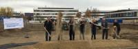 Bürgermeister Dr. Benz, Prof. Dr. Hagen Pfundner und weitere Roche-Mitarbeiter beim Spatenstich für das Flexible Office Gebäude