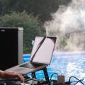 Blick über die Schulter des DJ an der Moonlightparty im Freibad