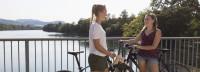 Unterhaltung zweier Frauen auf der Kraftwerkbrücke